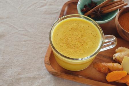 Turmeric latte, Golden milk, Turmeric milk, healthy hipster drink Banque d'images
