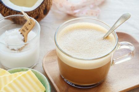 kogelvrije koffie, gemengd met biologische grasgevoerde boter en MCT-kokosolie, paleo, keto, ketogeen drankontbijt