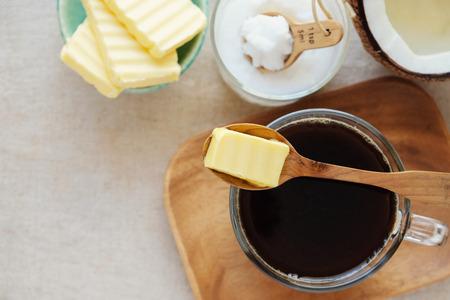 방탄 커피, 유기농 잔디 버터 및 MCT 코코넛 오일, 고지도의, 케토, 케톤 생성 음료 아침 식사와 혼합