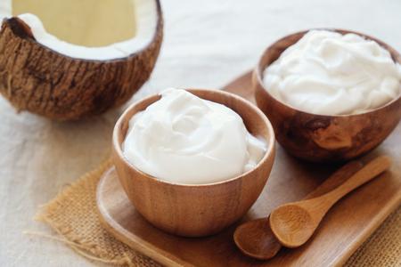 yogurt di cocco biologico in ciotola di legno, yogurt senza latticini, cibo probiotico