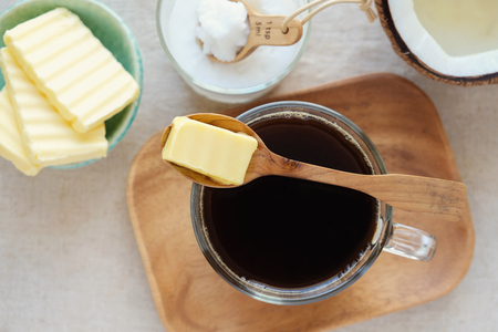 防弾コーヒー、有機草給電バターと MCT ココナッツ オイル、古、ケト、ケト原性ドリンク朝食とブレンド 写真素材