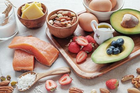 Keto, ketogene Ernährung, kohlenhydratarm, fettreich, gesunde Ernährung Standard-Bild - 94972199