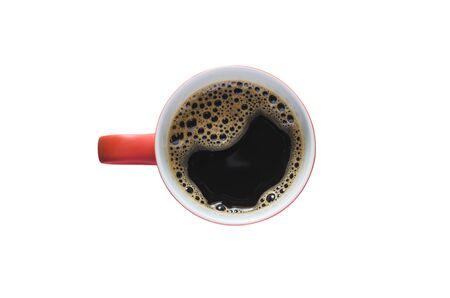 tasse rouge café noir isolé sur fond blanc avec un tracé de détourage.