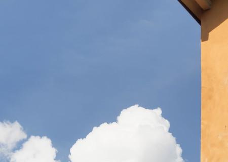 lejos: nube lejos de la pared de color naranja Foto de archivo