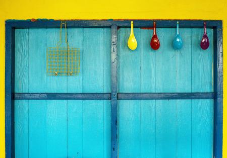 utensilios de cocina: utensilios de cocina de colgar en la pared colorida Foto de archivo