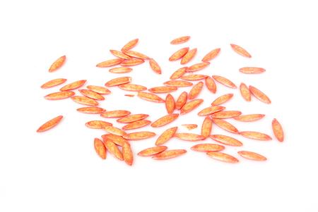 Revestimiento de semillas de pepino se acelera sobre fondo blanco.