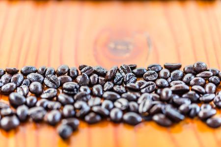cafe colombiano: granos de caf� fondo de madera