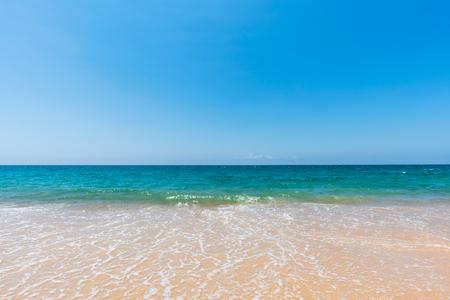 zachte zeegolf op zandstrand en schilderachtige natuurlijke zeegezichtachtergrond Stockfoto