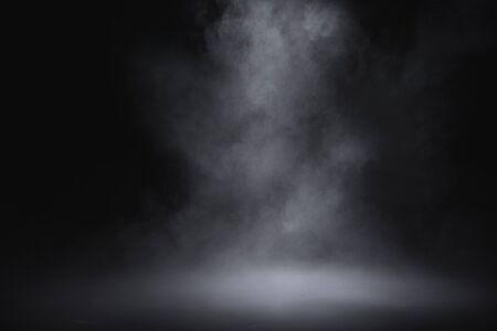 pavimento vuoto con fumo su sfondo scuro