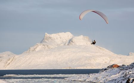 nuuk: Paraglider with the Sermitsiaq mountain in the background. Nuuk, Greenland Stock Photo