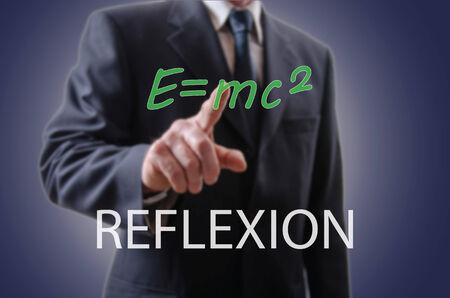 reflexion: El hombre de negocios que indica la reflexi�n con el dedo �ndice