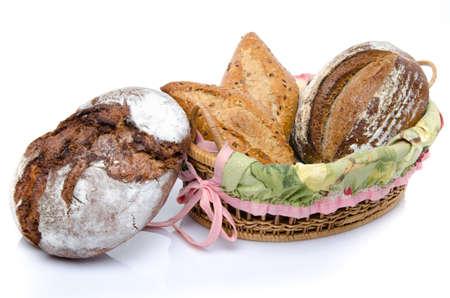 canasta de panes: Algunos panes en una canasta, aislados en blanco