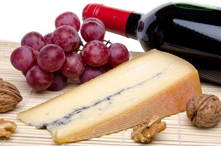 フランスのブドウ、ワインとわらのマットにクルミのモルビエ チーズ