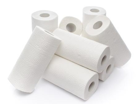 papel de baño: Composición con rollos de toallas de papel, aislado en blanco