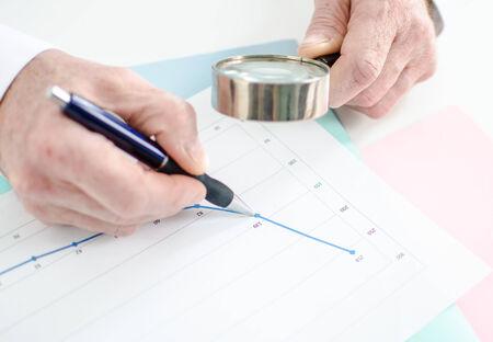 approfondi: Une analyse approfondie de la courbe financi�re avec une loupe