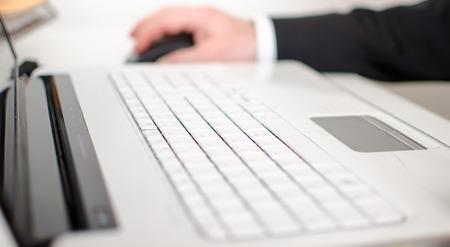 white laptop: Tastiera del computer portatile bianco