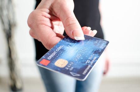 女性の手を示すクレジット カード、クローズ アップ