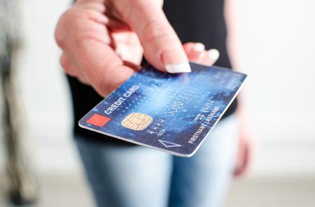Vrouw de hand blijkt een creditcard, close-up