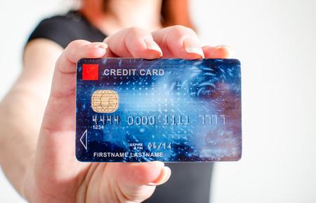 Donna mano mostrando la carta di credito, primo piano Archivio Fotografico - 39507973