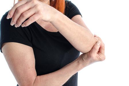 codo: Mujer con su dolorosa del codo