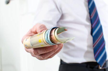 billets euros: Man main tenant diff�rents billets en euros Banque d'images