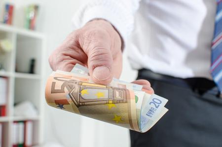 billets euros: Man main tenant différents billets en euros Banque d'images