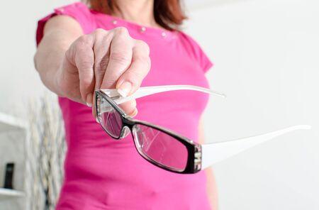여자 손 보여주는 안경, 근접 촬영