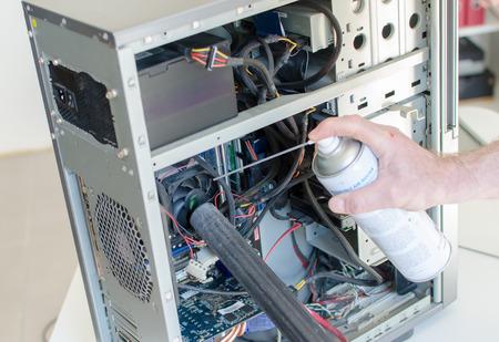 Computer reinigen met droge lucht Stockfoto