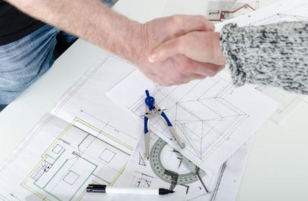 Architect handen schudden met zijn cliënt