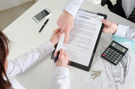 laten zien waar het onroerend goed contract te ondertekenen, bovenaanzicht Stockfoto