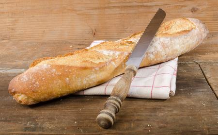 Tasty baguette française sur fond de bois