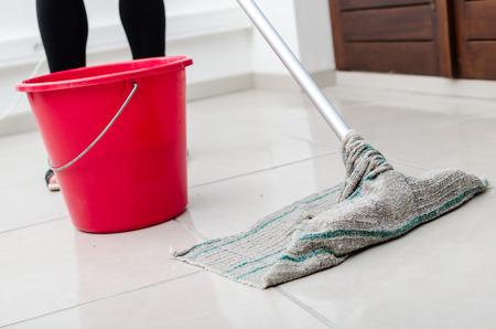 Nettoyage de carrelage avec la serpillière