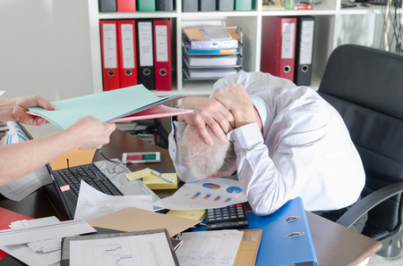 Stressed businessman holding his head in his hands Stockfoto