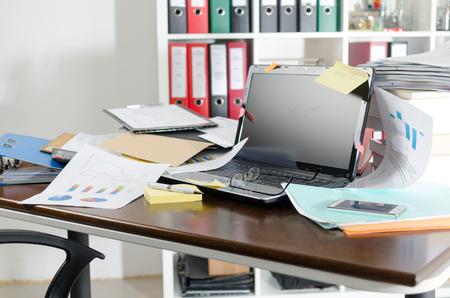 Blick auf ein unordentlich und unübersichtlich Schreibtisch Standard-Bild