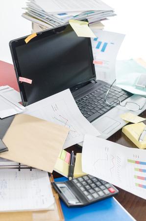 papeles oficina: Vista de un escritorio desordenado y desordenado Foto de archivo