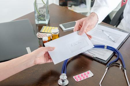 Médico que den una receta a su paciente en el consultorio médico Foto de archivo