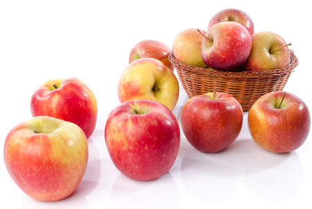 canastas de frutas: Manzanas royal gala frescas, aislados en blanco