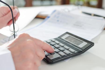 expert comptable: Femme comptable calcul des taxes Banque d'images