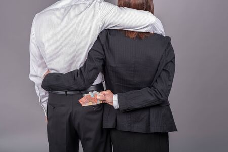 bolsa dinero: Mujer robo de dinero en el bolsillo trasero de su amante Foto de archivo