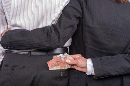 Vrouw stelen van geld in de achterzak van haar minnaar