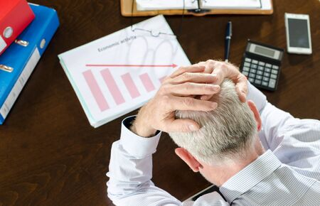 crisis economica: hombre de negocios desesperado a causa de la crisis econ�mica