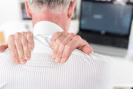 epaule douleur: Businessman suffering from neck pain at office