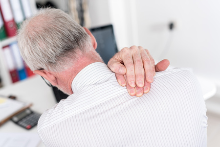 Homme d'affaires souffre de douleurs au cou au bureau Banque d'images - 44327372