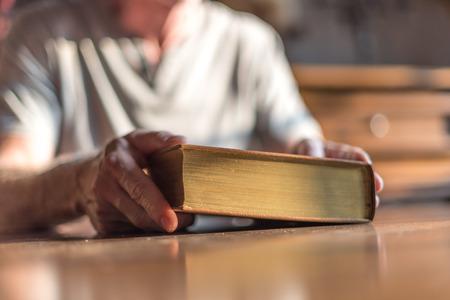 biblia: Hombre sentado en una mesa de la celebraci�n de la Biblia