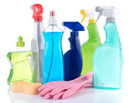 limpieza del hogar: Cleaning productswith sponge and rubber gloves, isolated on white