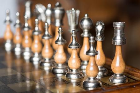 ajedrez: Piezas de ajedrez sobre un tablero de ajedrez Alineados