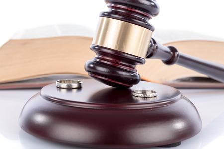 martillo juez: Martillo del juez con anillos de boda, el concepto de divorcio