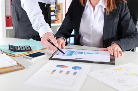 incremento: Gente de negocios en reunión hablando sobre el rendimiento del negocio