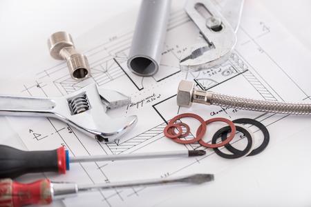 Ensemble de matériaux de plomberie sur un plan Banque d'images - 46185069
