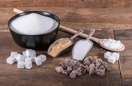 Samenstelling van verschillende suikersoorten, op houten achtergrond
